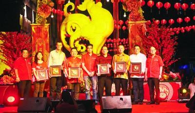 本报董事主席助理兼董事叶进煜赠送纪念品予所有赞助商。(右起)李兴前、浩洋健康食品工业有限公司董事经理王浩源、槟州行政议员罗兴强、新光大Lot33董事主席拿督方万春、叶进煜、马来西亚喜力有限公司(Heineken)北马区营业经理丘德权、特易购(Tesco Stores)大马有限公司首席执行员Paul Ritchie、redONE Network有限公司北马办事处代表黄慧仪及林星发。